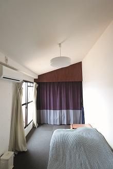 寝室、切妻屋根