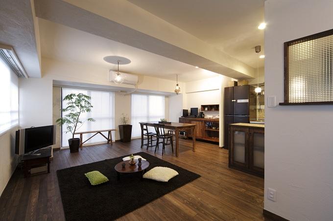 「LOHAS studio」のリノベーション事例「無垢材の床を好みの色に塗装しアンティークが似合う空間に」