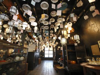 「リノベの最新情報」の「【タチバナ商会】大正15年築の町家をリノベした店内で和の照明を@京都」