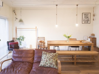 「Renomama (リノまま) 」のその他のリノベーション事例「自作の家具になじむ、無垢材と漆喰の空間」