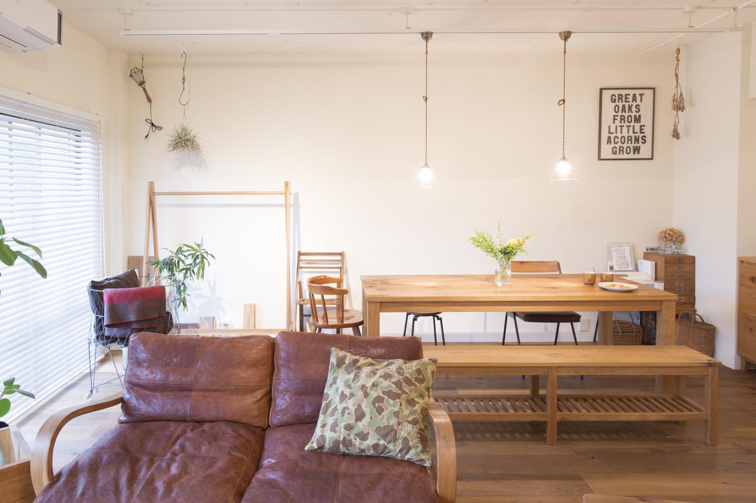 「Renomama (リノまま) 」のリノベーション事例「自作の家具になじむ、無垢材と漆喰の空間」