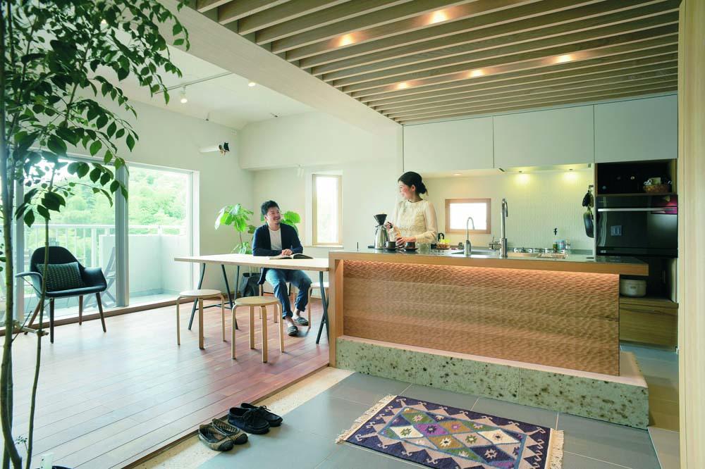 「ハンズデザイン一級建築士事務所」のリノベーション事例「仕切らない間取りと上質な素材で豊かな住まいに」