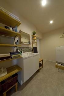 ハコリノベ、サンリフォーム、コンパクトな洗面台、飾り棚、モザイクタイル、シンプル