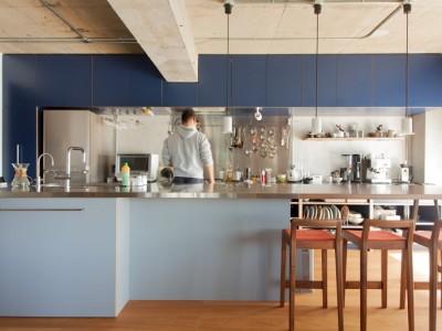 「EcoDeco」のリノベーション事例「厨房サイズのキッチンでホームパーティーを楽しむ週末」