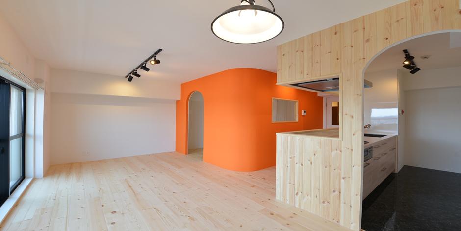 「Beat HOUSE」のリノベーション事例「室内窓とドアなし開口部で奥まで採光◎。細部までこだわった個性派リノベーション」