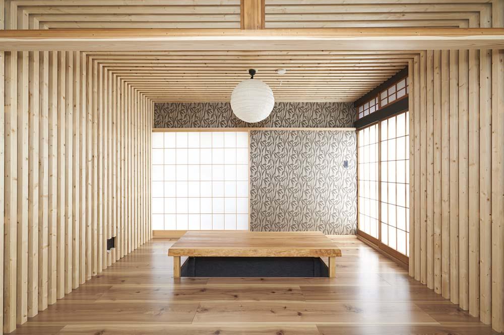 「RE住む(ベツダイ)」のリノベーション事例「木格子で叶える、温もりとモダンデザインの融合」