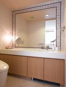 家族トイレ 既存ミラーの廻りにタイル施工