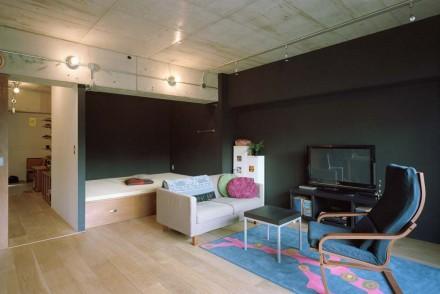 石井大吾、黒い壁、塗装