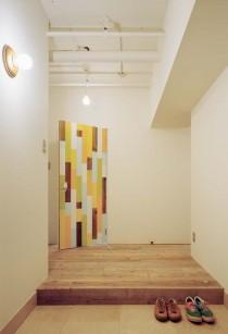 石井大吾デザイン室一級建築士事務所、建築家のリノベーション、LDK、リビング、カラフルな塗装板、パッチワーク、ドア