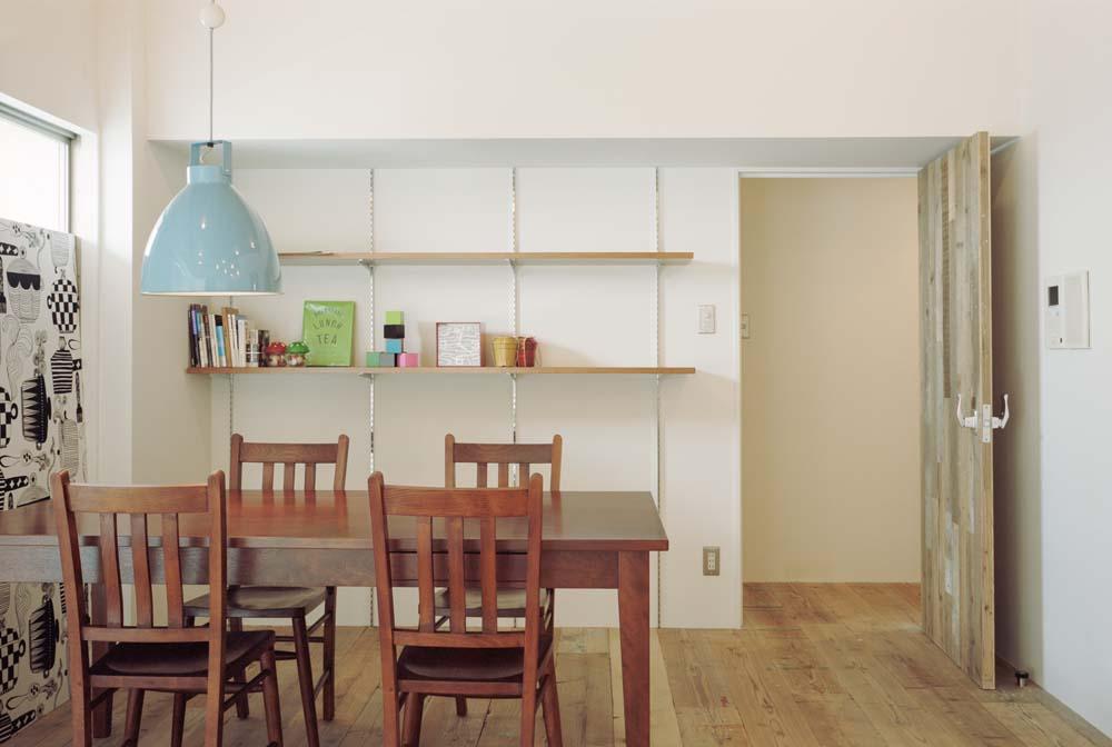 「石井大吾デザイン室一級建築士事務所」のリノベーション事例「両親から受け継いだマンションをリノベ 足場板が圧倒的な存在感を放つ家」