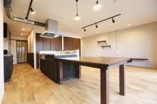 キッチン、リビング、アイランドキッチン、ダイニングテーブル、広々、ウッディな床、KULABO
