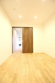 ベッドルーム、回遊性、ウッディな床、白い壁、KULABO