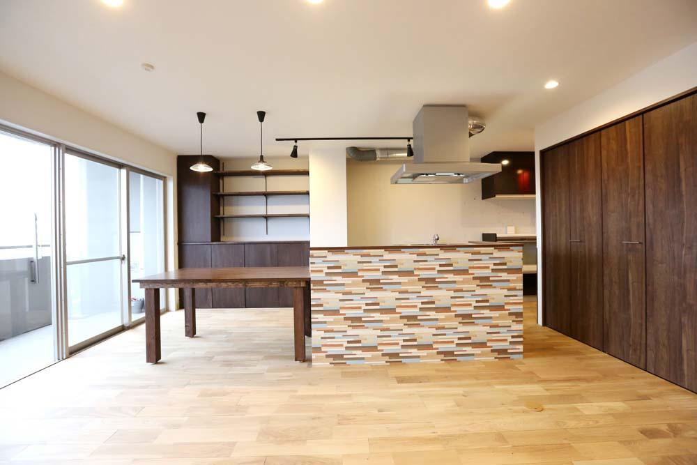 「リノベーションスタジオKULABO (クラボ)」のリノベーション事例「個性的なデザインのキッチンが主役 回遊できる和風モダンな木の空間」