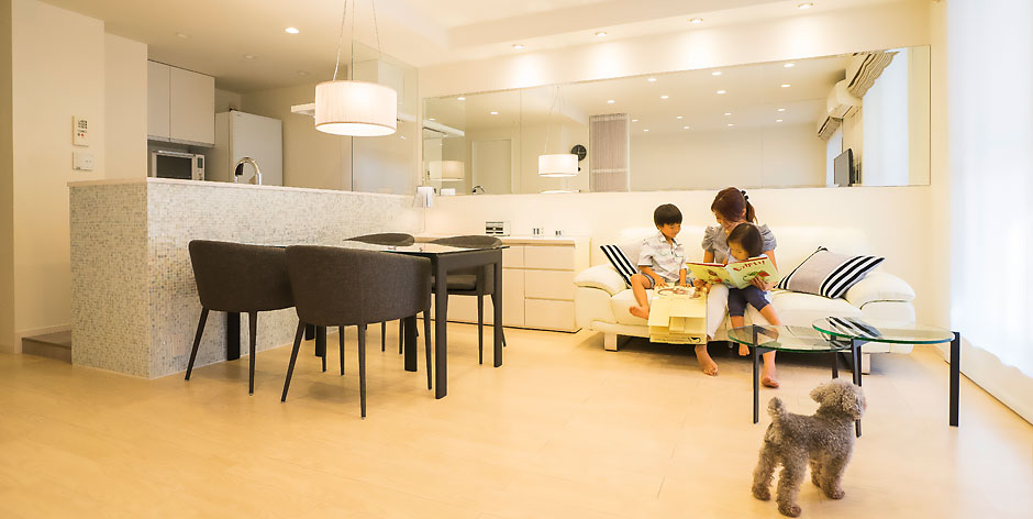 「QUALIA クオリア」のリノベーション事例「ベネツィアンモザイクタイルが映えるホワイトを基調としたシンプルで上品な空間」