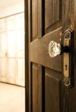 ドアノブ、シャンデリア、木製ドア、QUALIA、クオリア