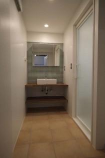 洗面室、磁器質タイル、棚板、収納、モザイクタイル、Style-J、住環境ジャパン