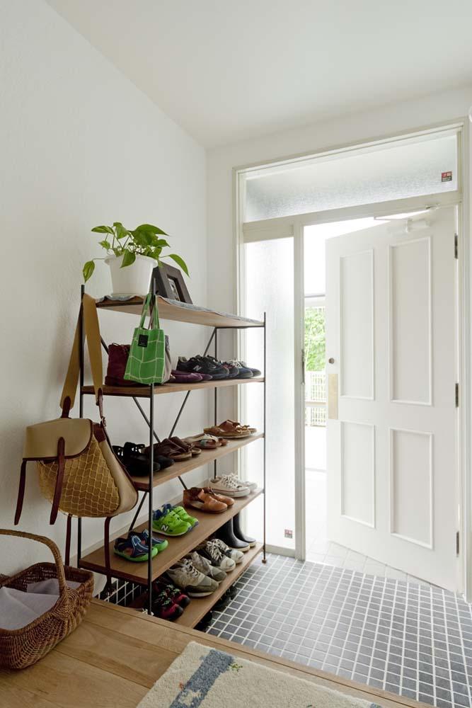 シューズラック、靴棚、アイアン、枠組み、靴、収納、タイル、床、デン・プラスエッグ、DENPLUSEGG