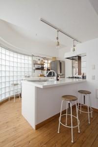 キッチン、カウンター、対面、ガラスブロック、梁天井、グラデン、GLADDEN