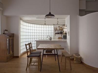 「GLADDEN」のその他のリノベーション事例「ガラスブロックのキッチン」