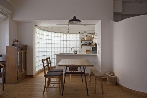 「GLADDEN」のリノベーション事例「ガラスブロックのキッチン」