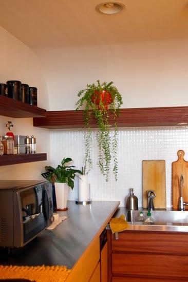 キッチン、タイル壁、飾り棚、収納、スタイル イズ スティルリビング