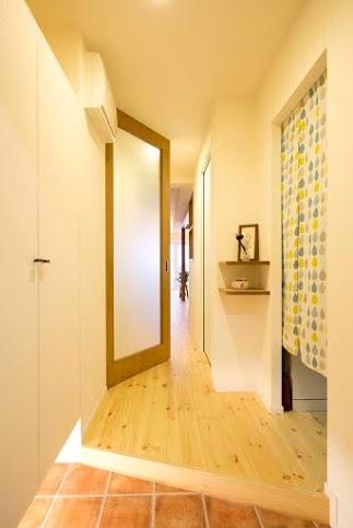廊下、飾り棚、玄関収納、ガラスドア、タイル、スタイル工房