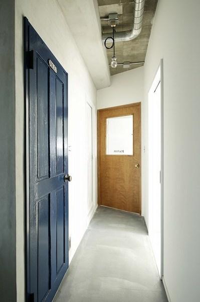 トイレ、建具、ブルー、モルタル、床、howzlife、ハウズライフ