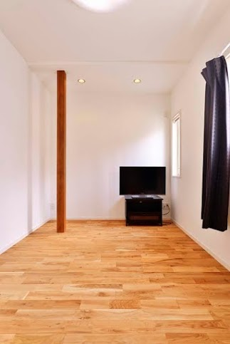 柱、主寝室、ベッドルーム、無垢、フローリング