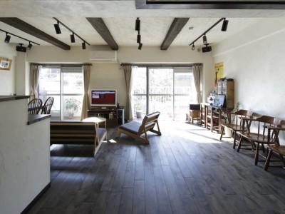 「横田満康建築研究所」のリノベーション事例「白×茶のコントラストがモダン。レトロな家具が映える」