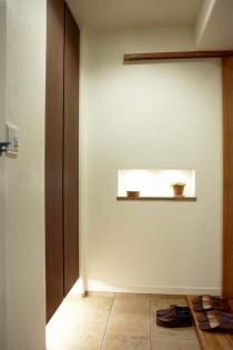 玄関、靴箱、収納、間接照明、ニッチ、棚、タイル、スタイル工房