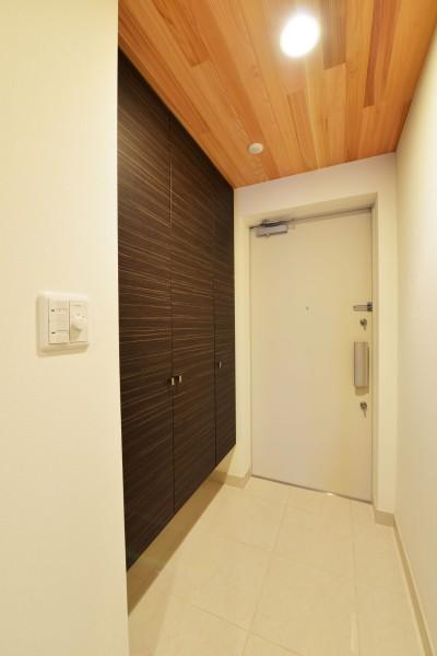 玄関、タイル、床、レッドシダ―、天井、玄関収納、リノベーション、BEATHOUSE