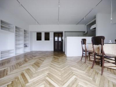 「9株式会社」のマンションリノベーション事例「床がリズムを刻む開放感あふれる住まい」