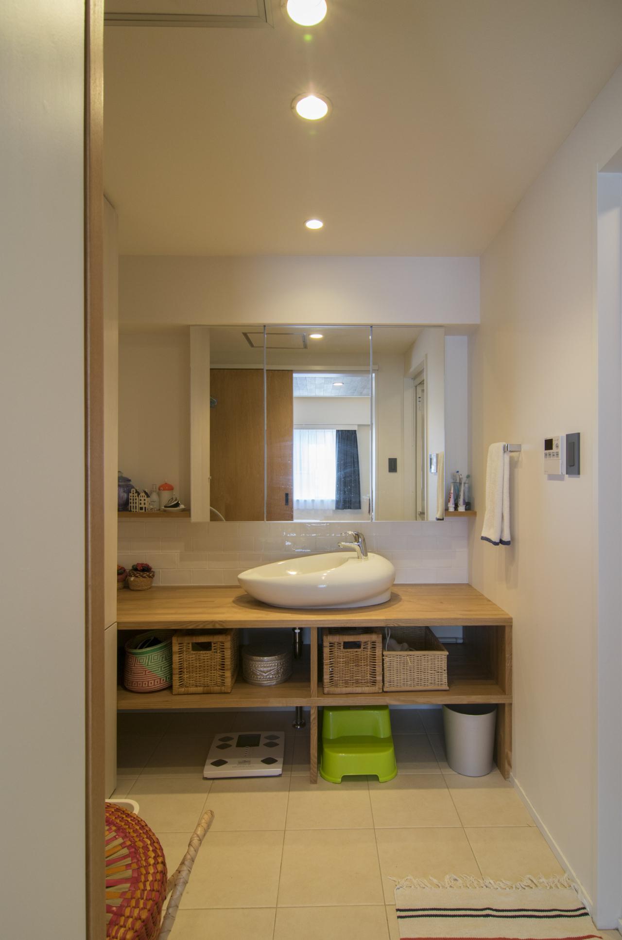 脱衣所、サニタリー、洗面、カウンター、浴室、タイル、床、エキップ