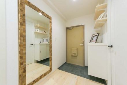 玄関、鏡、タイル床、造作、飾り棚、収納、パイン、ワンストップリノベーション、一歩