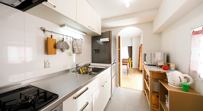 キッチン、アーチ壁、タイル、床、マンションリノベーション、インテリックス