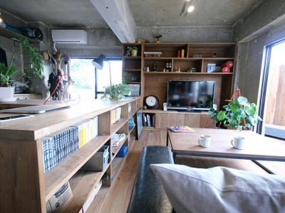 「アズ建設」のマンションリノベーション事例「無骨コンクリートと造作家具が交わる大人の秘密基地」