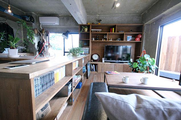 「アズ建設」のリノベーション事例「無骨コンクリートと造作家具が交わる大人の秘密基地」