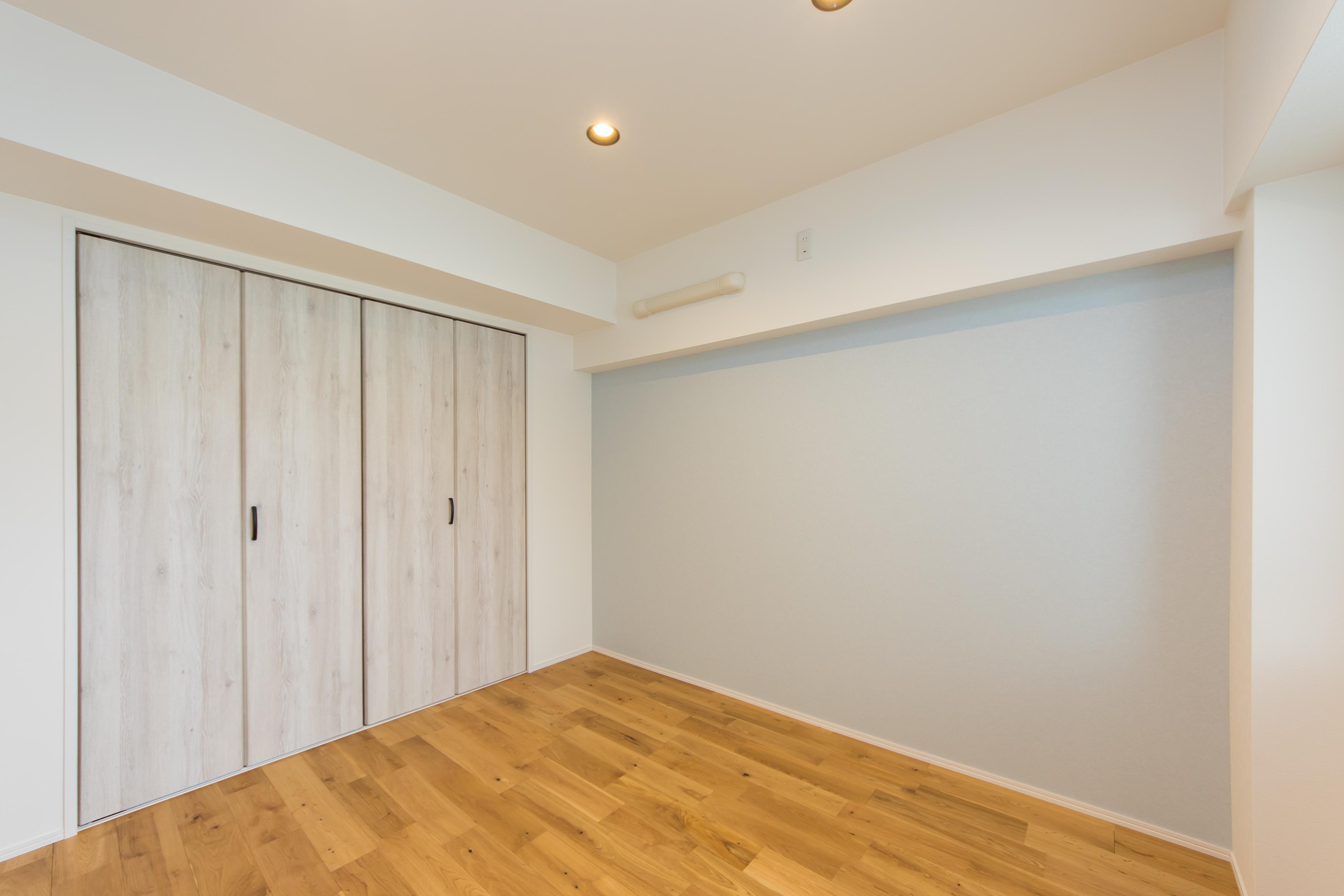 洋室、寝室、壁紙、アクセント、無垢、リノベーション