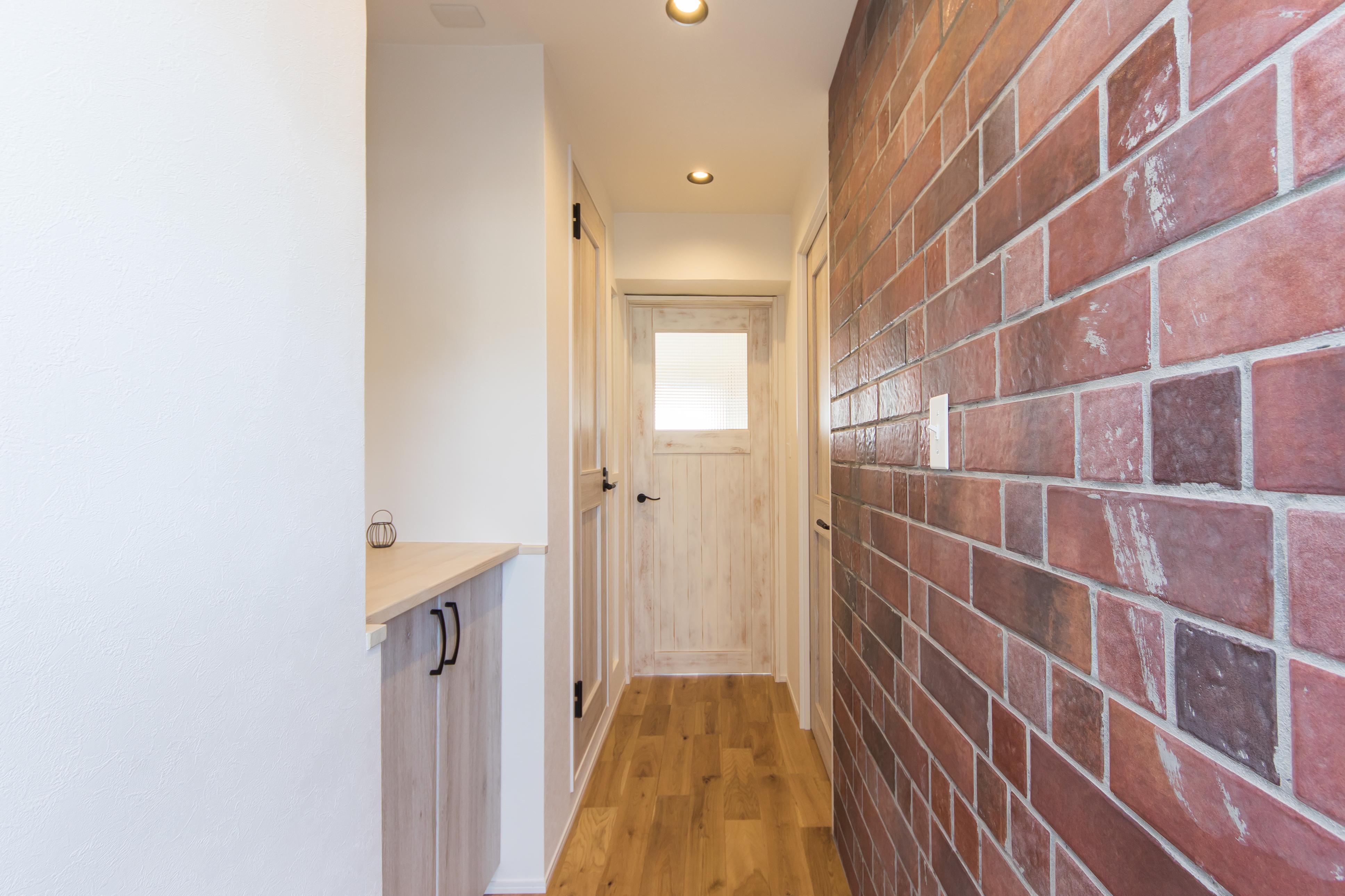玄関、ブルックタイル、煉瓦風、レンガ、壁、建具、廊下、マンションリノベーション