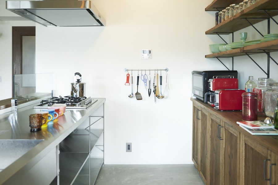 ステンレス、キッチン、カフェ風、飾り棚、食器棚、ハウズライフ