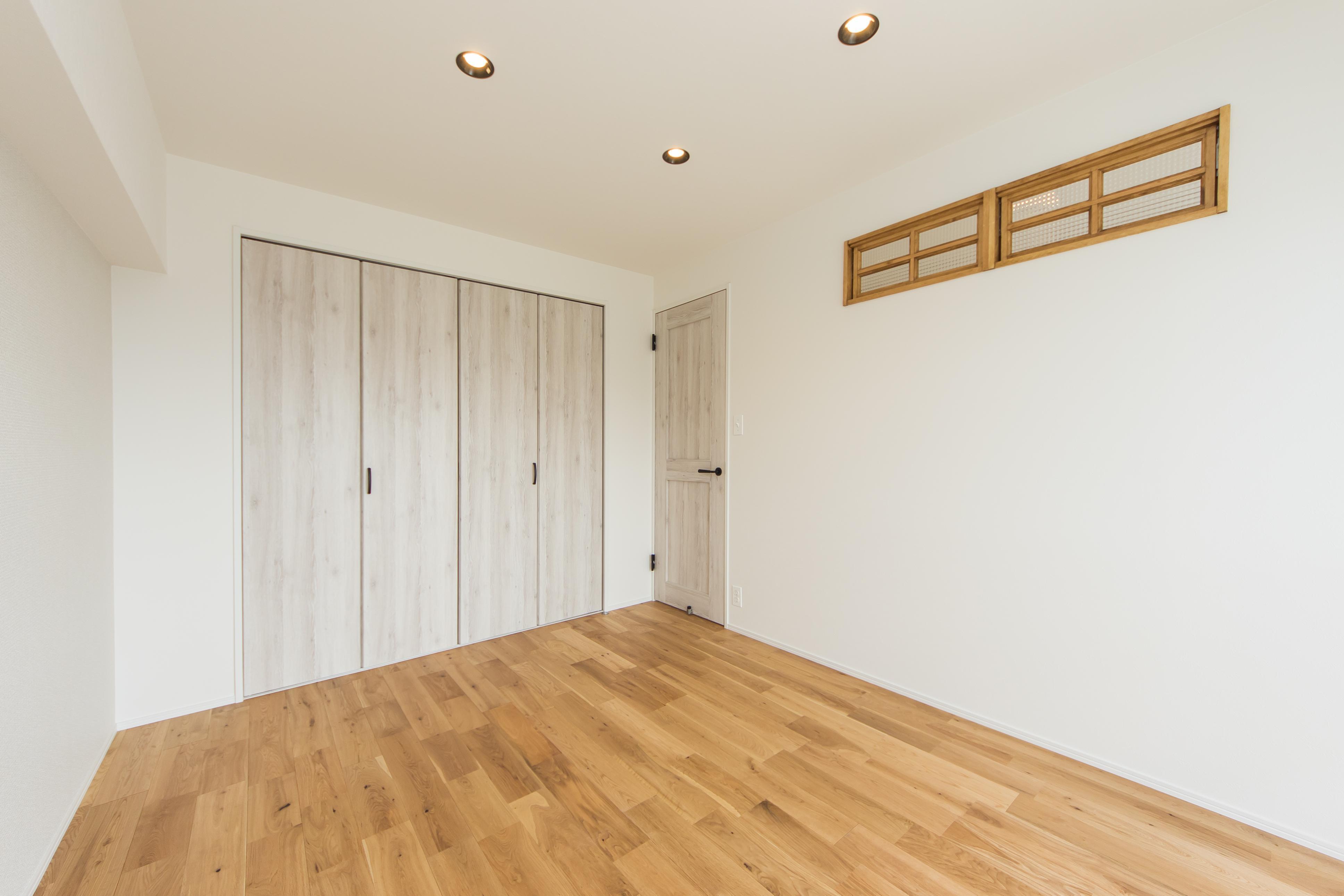 寝室、室内窓、天然素材、無垢フローリング、一歩