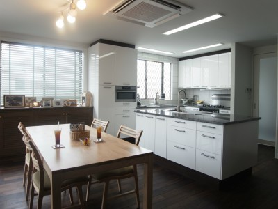 「ROKUSA」のリノベーション事例「天然素材を使用したアイランドキッチンの家」