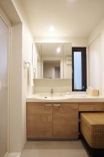 水廻り、洗面、サニタリー、脱衣所、ガラスモザイク、タイル壁、長窓、低層マンション、リノベーション
