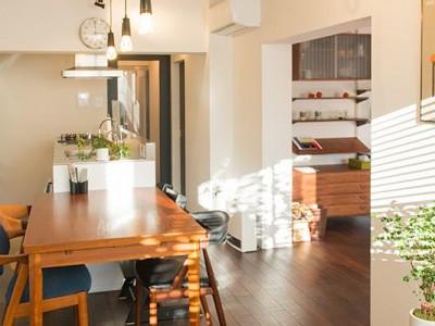 「リノべる。」のリノベーション事例「家族が集まる空間と、壁面に映り込む色、暮らし。」