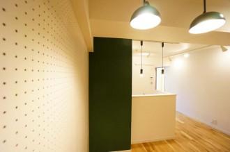 ダイニング、キッチン、黒板塗装、ブラックボード、有孔ボード、壁、ペンダントライト