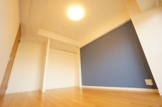 寝室、ベッドルーム、アクセント、壁、マリンブルー、オープンクローゼット、マンションリノベーション、リフォーム