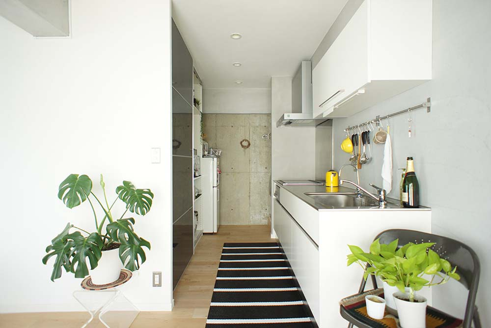 キッチン、I型、躯体現し、モルタル、壁、グリーン、空間社