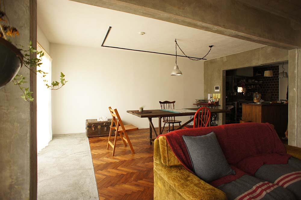 ヘリンボーン、床、自然素材、モルタル、ダイニングキッチン、マンションリノベーション、空間社