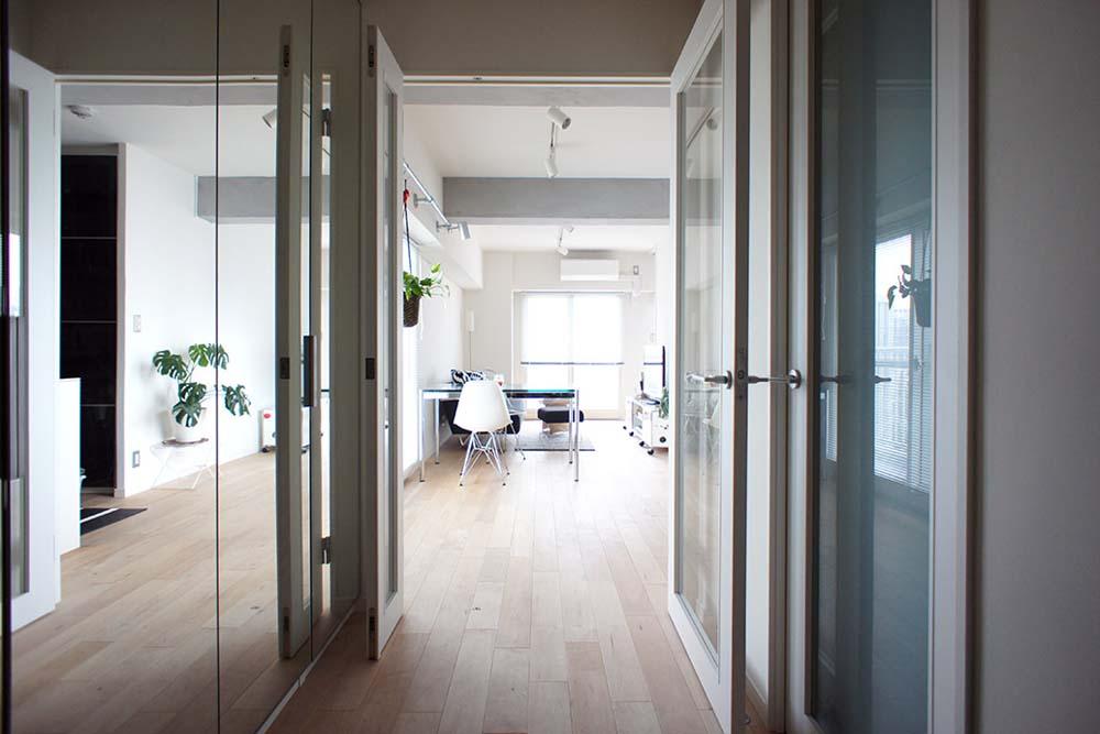 廊下、鏡面仕上げ、透明感、採光、マンションリノベーション、空間社