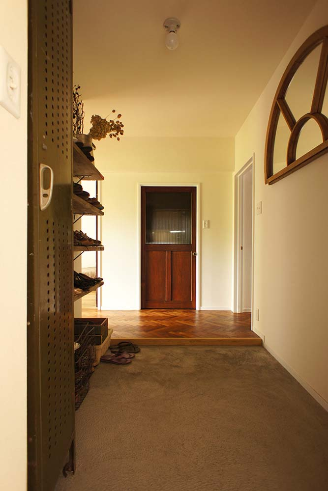 モルタル床、土間、玄関、DIY、ドア、塗装、ヘリンボーン、可動棚、